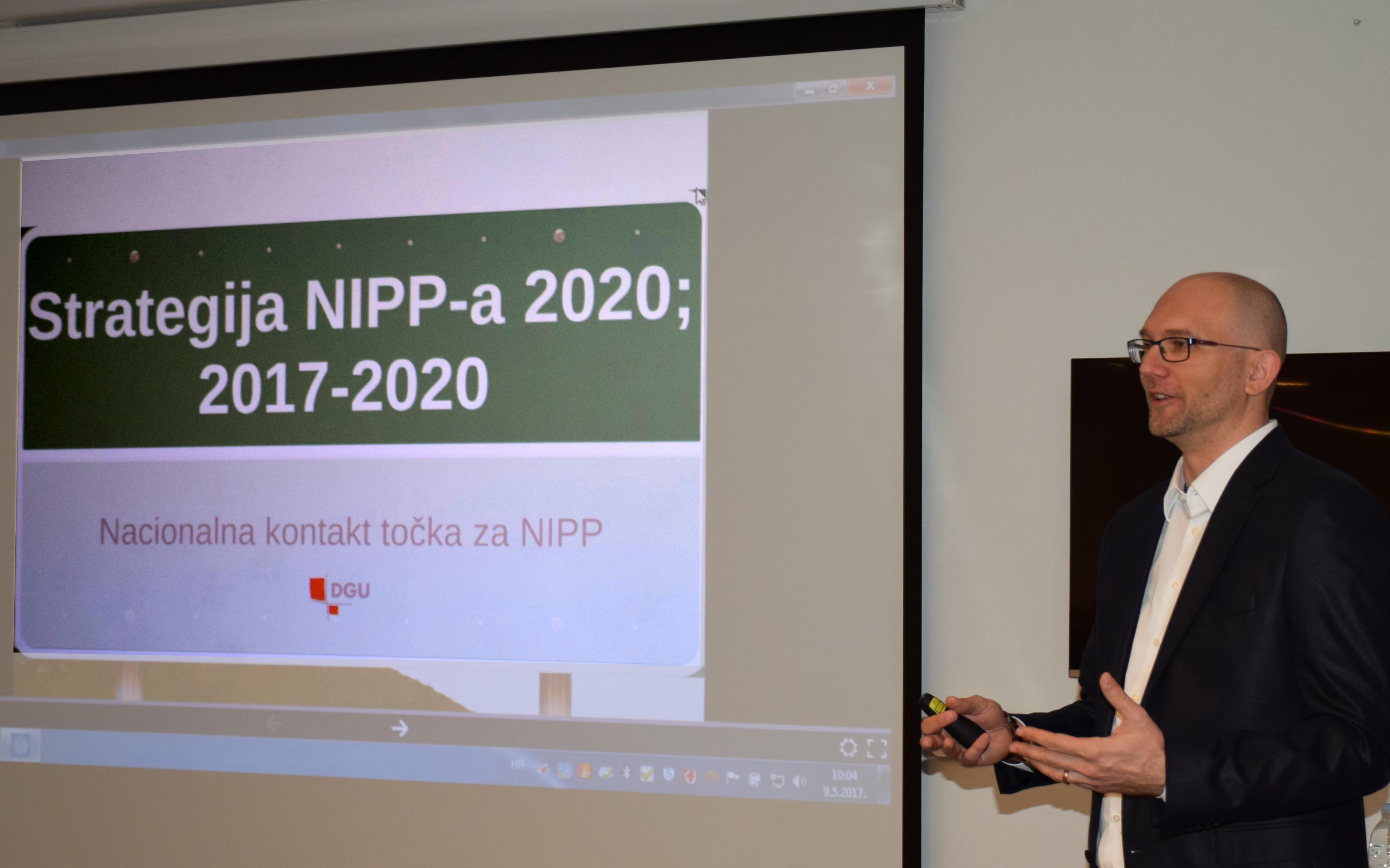 Slika prikazuje Tomislava Cicelija tijekom predstavljanja Strategije NIPP-a 2020.