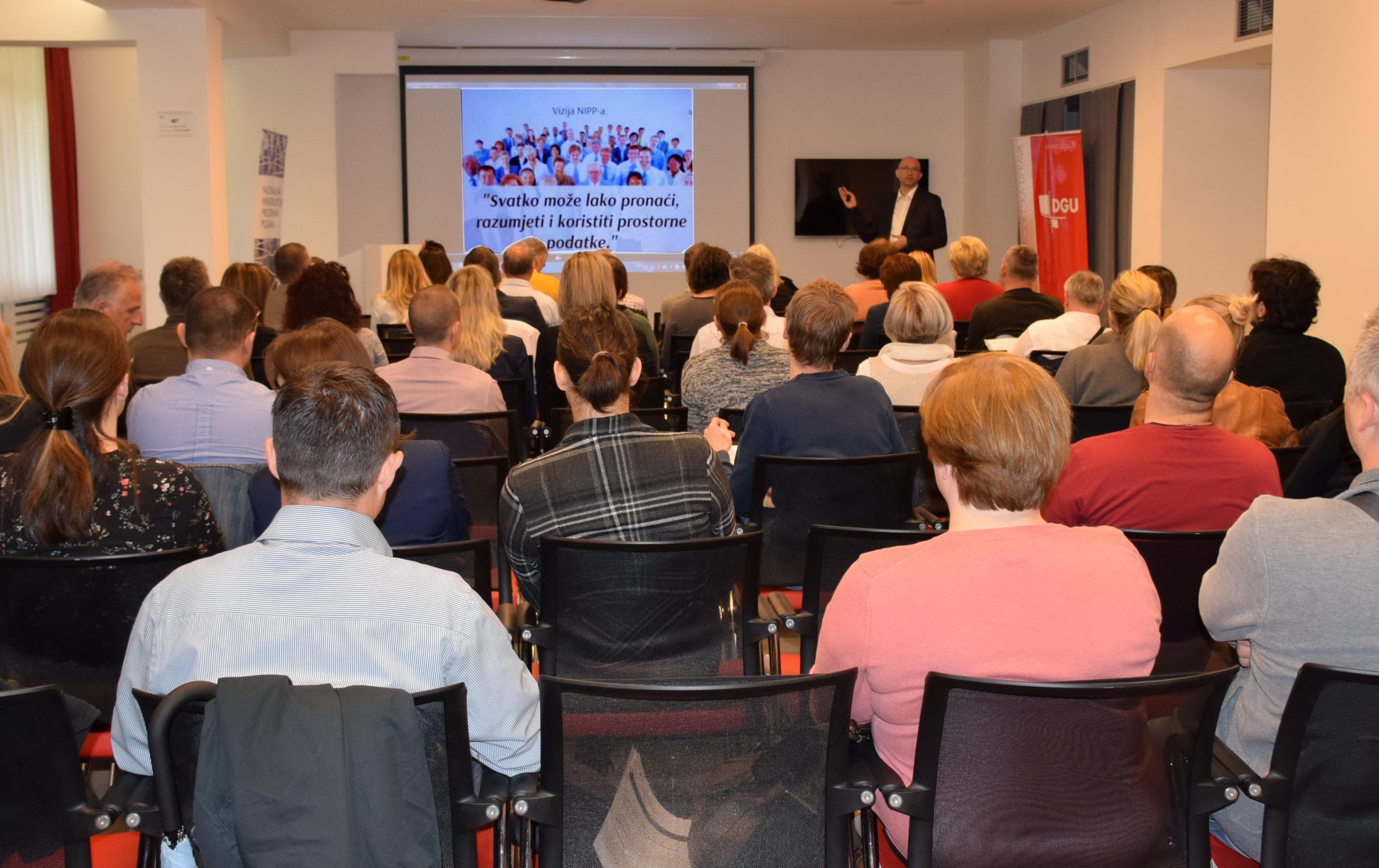 Slika prikazuje sudionike 11. NIPP radionice tijekom predstavljanja Strategije NIPP-a 2020. Radionici je prisustvovalo 47 sudionika.
