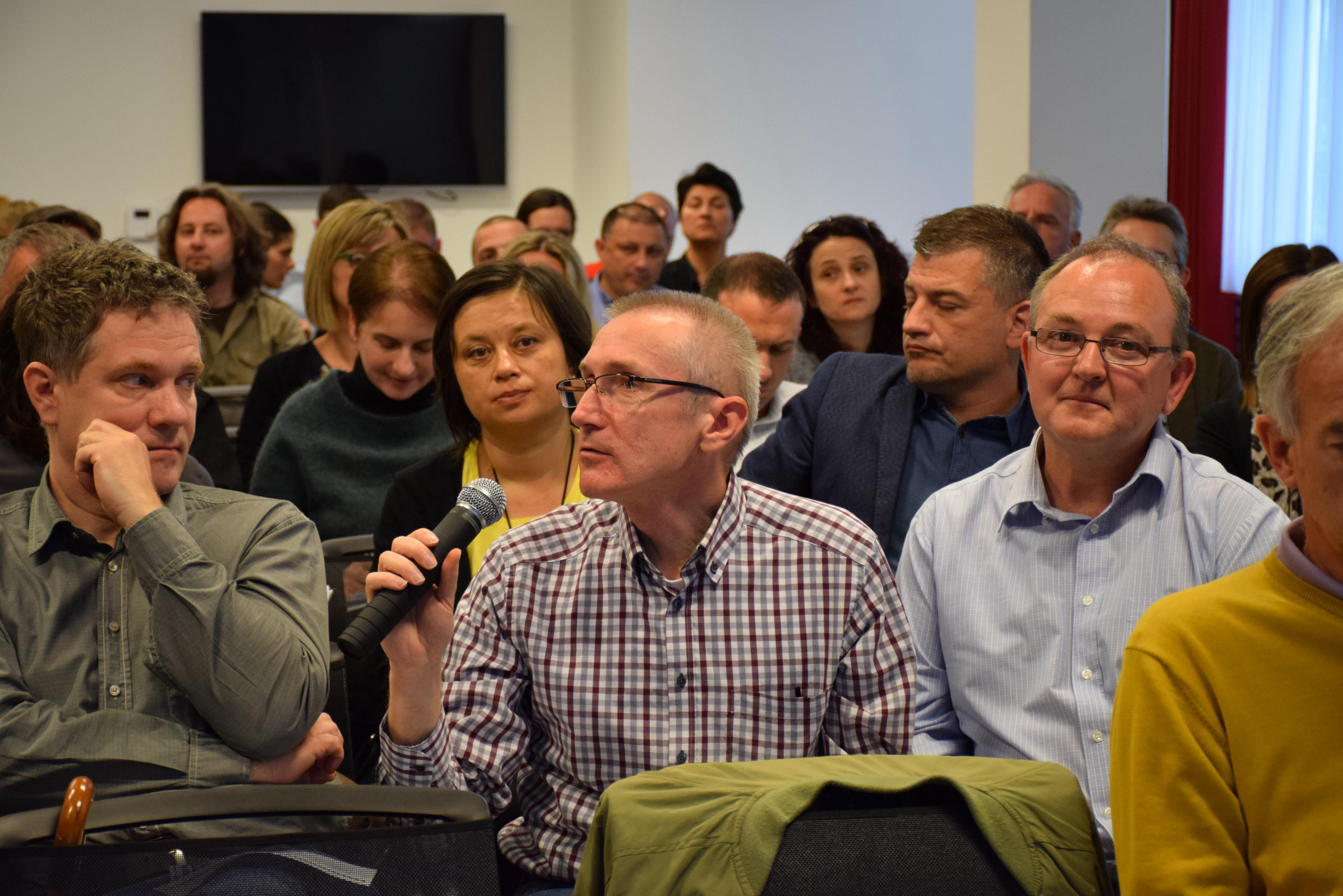 Slika prikazuje otvorenu diskusiju, gdje sudionici postavljaju pitanja i komentare na predstavljenu strategiju i planirane aktivnosti.