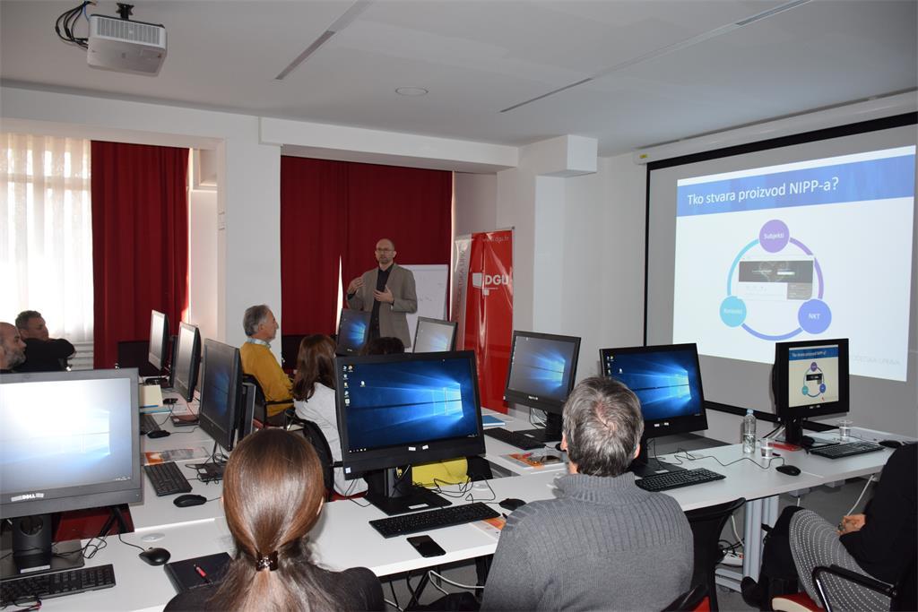 Slika prikazuje sudionike radionice, predstavnike subjekata NIPP-a, tijekom izlaganja Tomislava Cicelija.