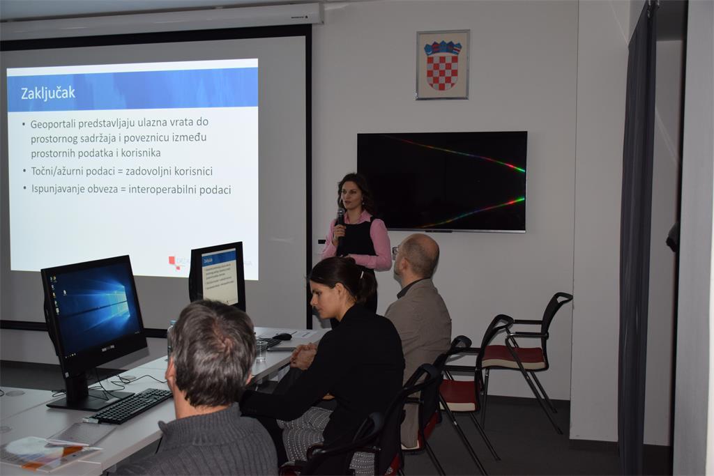 Slika prikazuje prezentaciju Ive Gašparovićć na radionici na kojoj je sudjelovalo 26 sudionika, predstavnika subjekata NIPP-a.