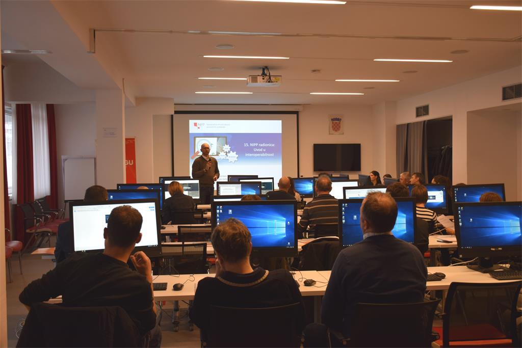 """Slika prikazuje sudionike radionice pod nazivom """"Interoperabilnost podataka NIPP-a"""" tijekom izlaganja Tomislava Cicelija."""
