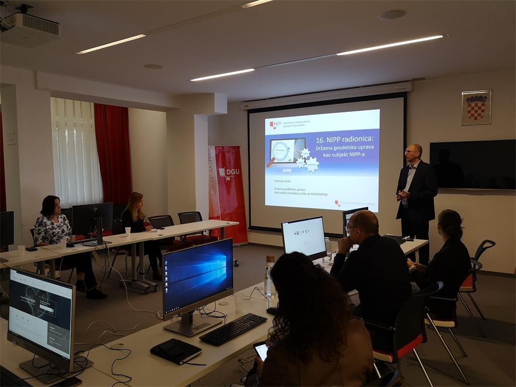 The picture shows the introductory presentation of T. Ciceli at the workshop intended for employees of the State Geodetic Administration.