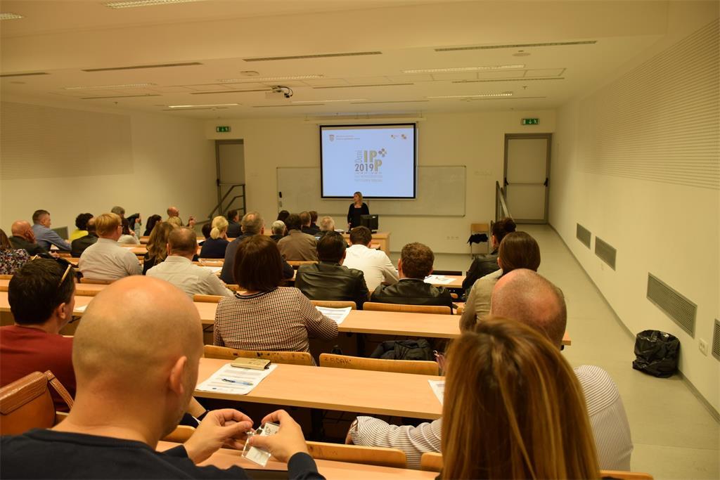 Slika prikazuje sudionike radionice održane u prostorijama Pomorskog fakulteta Sveučilišta u Splitu prilikom pozdravnog govora Ljerke Marić.