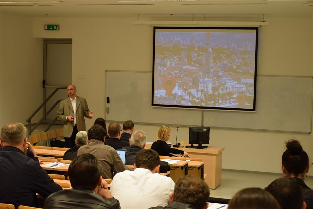 Slika prikazuje sudionike radionice - subjekte NIPP-a i lokalne promotore - u prvom dijelu radionice koje je započeto predavanjem Tomislava Cicelija.