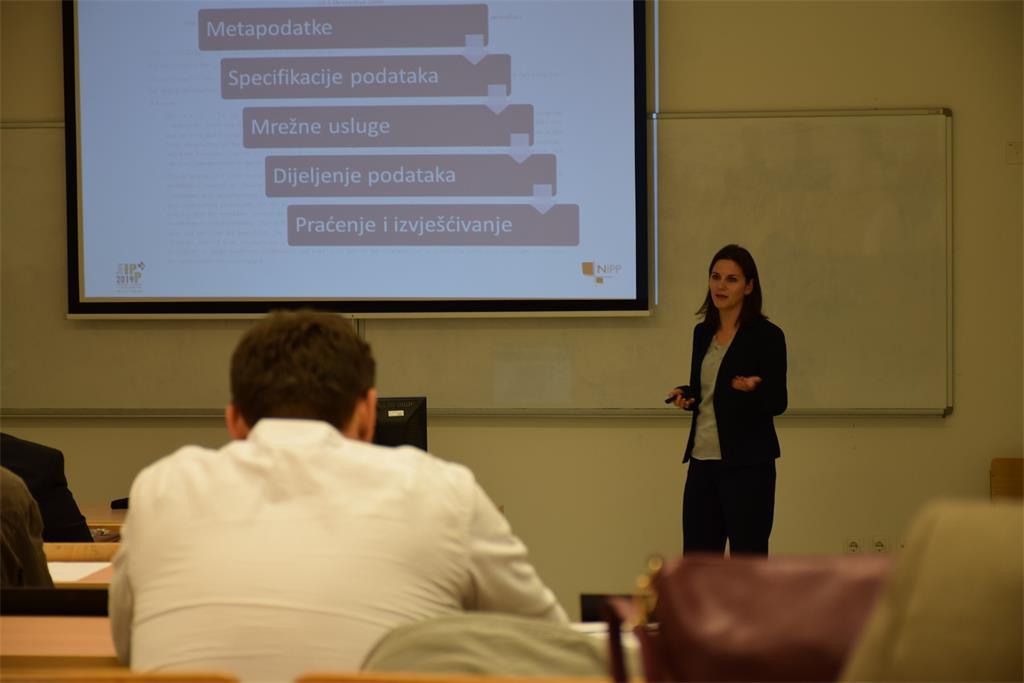 """Slika prikazuje nastavak drugog dijela radionice i predavanje Ive Gašparović pod nazivom""""Interoperabilnost prostornih podataka, INSPIRE Validator""""."""