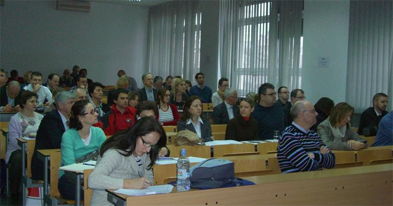 Slika prikazuje sudionike održanog predavanja u prostorijama Geodetskog fakulteta.