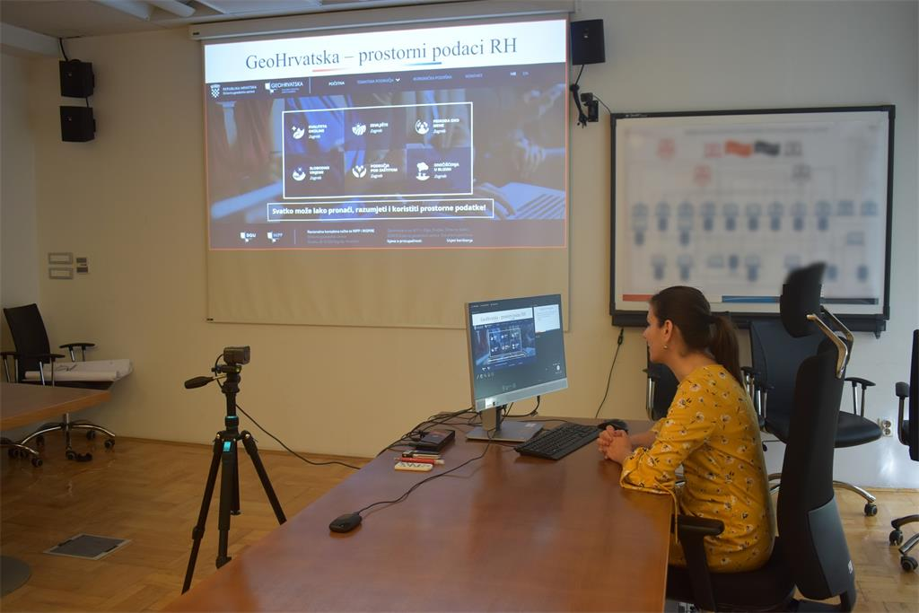Slika prikazuje dr. sc. Ivu Gašparović prilikom držanja predavanja na 29. NIPP radionici