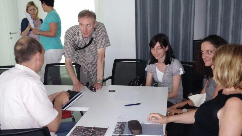 Slika prikazuje radnu diskusiju sudionika raspoređenih u dvije grupe predvođene predstavnicima Nacionalne kontaktne točke gđom. Ljerkom Marić i g. Tomislavom Cicelijem.