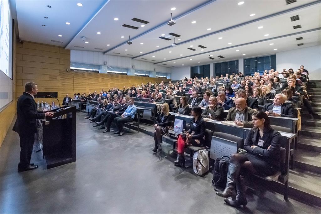 Slika prikazuje pozvano predavanje V. Cetla održanog u velikoj dvorani Geodetskog fakulteta.