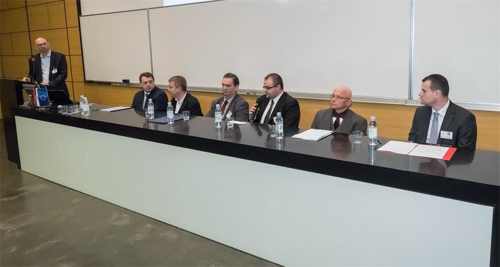 """Slika prikazuje moderatora T. Cicelija okruglog stola pod nazivom """"Strategija NIPP-a i njena provedba"""" i sudionike D. Šanteka, V. Cetla, M. Rezu, B. Pavlinca, Ž. Bačića i P. Barišića."""