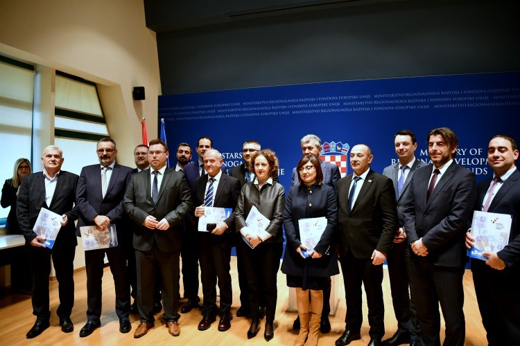 The picture shows the signatories of the Grant Agreement and was taken from www.razvoj.gov.hr.